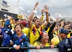 Fanáticos colombianos ven una transmisión en vivo al aire libre del partido de la Copa Mundial de fútbol 2018 entre Colombia e Inglaterra, en Bogotá, Colombia, el martes 3 de julio de 2018. Inglaterra ganó el partido en una tanda de penales y avanzó a cuartos de final.
