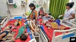 Beberapa balita yang menderita gejala ensefalitis mendapatkan perawatan di rumah sakit Sri Krishna di kota Muzaffarpur, Bihar, India (18/6).