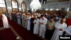 Những người Hồi giáo Sunni tham gia buổi cầu nguyện tại một đền thờ ở Baghdad 28/7/2014.