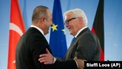 وزیران امور خارجه ترکیه (چپ) در کنار همتای آلمانی خود در نشست خبری مشترک در برلین
