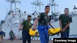 TNI Angkatan Laut melakukan evakuasi korban akibat kapal tenggelam di perairan Pondok Dayung, Teluk Jakarta hari Minggu 21/3 (courtesy: Twitter TNI-AL)