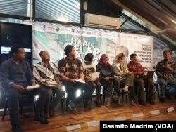 Perludem dan Fitra bersama masyarakat sipil lainnya saat memberikan proyeksi demokrasi di Indonesia dalam lima tahun ke depan di Jakarta, Selasa, 15 Oktober 2019. (Foto: Sasmito Madrim/VOA)