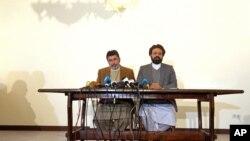 Amin Karim (phải), quan chức của nhóm Hezb-i-Islami, trao đổi với báo giới tại Kabul, Afghanistan, ngày 17 tháng 03 năm 2016.