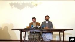 希克马蒂亚尔的阿富汗伊斯兰党官员在喀布尔的记者会上讲话