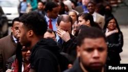 Para pencari kerja AS antri untuk menghadiri bursa kerja di New York (foto: ilustrasi).
