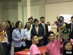 台湾总统蔡英文参访洛杉矶侨教中心(美国之音记者李逸华拍摄)