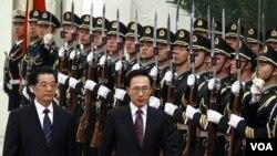 Presiden Tiongkok Hu Jintao (kiri) menyambut kunjungan Presiden Korsel, Lee Myung-bak dalam upacara kehormatan di Beijing (9/1).