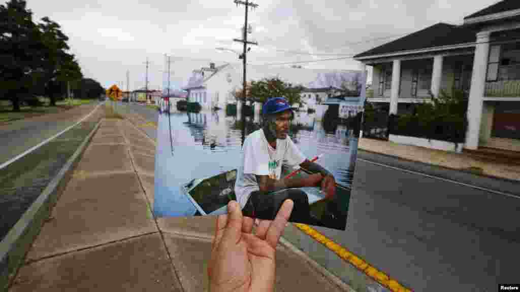 Phóng viên ảnh Carlos Barria cầm ảnh chụp năm 2005 sau khi cơn bão Katrina ập vào New Orleans đứng tại cùng vị trí chụp ảnh 10 năm sau, ngày 16/8/2015.