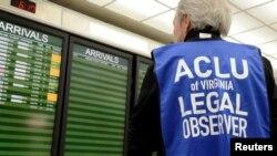 Tư liệu - Một quan sát viên pháp lý của Liên minh các Quyền Tự do Dân sự Mỹ (ACLU) xem bảng thông tin chuyến bay đến tại Sân bay Quốc tế Dulles, ở thành phố Chantilly, bang Virginia, ngày 29 tháng 1, 2017.