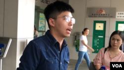 홍콩의 반중국 시위를 주도해온 조슈아 웡이 9일 경찰에서 풀려난 후 기자들과 인터뷰하고 있다.