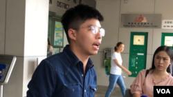黃之鋒2019年9月9號在香港東區法院門口見媒體。(美國之音)
