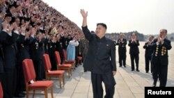 지난 4월 평양 만수대창작사를 방문한 김정은 북한 국방위 제1위원장. (자료 사진)