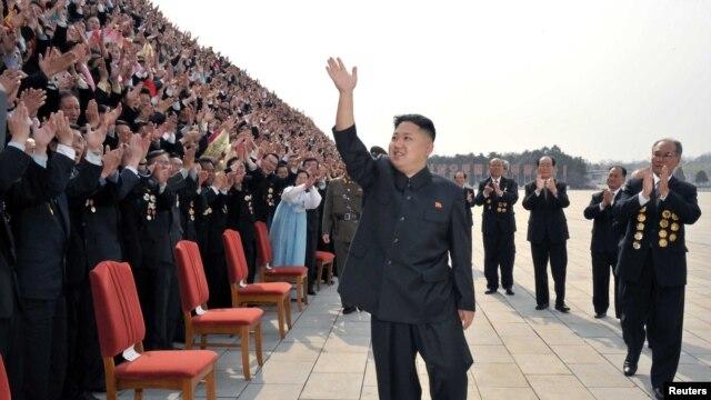 Tờ 'The Onion' miêu tả ông Kim Jong Un là người đàn ông từng làm bao nhiêu trái tim thổn thức 'với vẻ đẹp trai không tả xiết, khuôn mặt tròn trĩnh, vẻ quyến rũ ngây thơ cùng với hình dáng mạnh mẽ, cứng rắn' đã là giấc mơ có thật của rất nhiều phụ nữ.