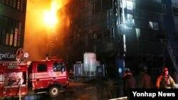 21일 충북 제천시 하소동 피트니스센터에서 난 불을 소방대원들 진압하고 있다.
