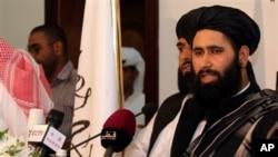 Muhammad Naeem, perwakilan dari Taliban, berbicara dengan media dalam pembukaan kantor mereka di Doha, Qatar (18/6). (AP/Osama Faisal)