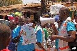 Các nhân viên y tế dạy người dân về virut Ebola và cách phòng tránh lây nhiễm tại Conakry, Guinea
