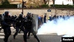 پیرس میں مظاہرین اور پولیس کے درمیان جھڑپوں کا ایک منظر