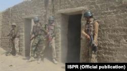 Tentara Pakistan melakukan operasi melawan militan di Waziristan utara (foto: dok).