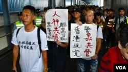 約600名社工及市民7月22日遊行到元朗警署,就7月21日晚元朗西鐵站暴力襲擊途人事件報案。(美國之音湯惠芸拍攝)
