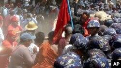 抗議學生與警察發生衝突