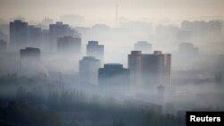 지난 5월 북한 평양 중심가가 짙은 안개에 덮여있다. (자료사진)
