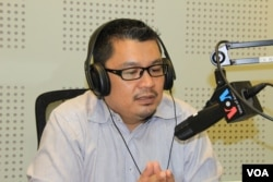 FILE: Ou Virak, Founder and President of Future Forum during VOA Khmer's monthly radio call-in show in 2015. (Lim Sothy/VOA Khmer)