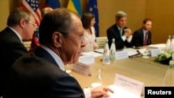 17일 스위스 제네바에서 우크라이나 사태 해결을 위한 4자 회담이 막을 올린 가운데, 세르게이 라브로프 러시아 외무장관(왼쪽 2번째)이 존 케리 미국 국무장관(오른쪽 2번째)의 발언을 듣고 있다.
