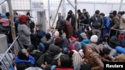Para migran yang 'terjebak' di desa Idomeni, Yunani dekat perbatasan dengan Makedonia, Senin (7/3).