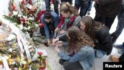 Para wisatawan meletakkan karangan bunga di depan museum Bardo di Tunis, Tunisia pasca serangan yang menewaskan 22 orang 18 Maret lalu (foto: dok).