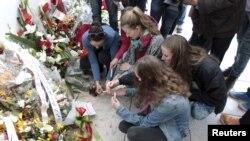 Turistas acendem velas no museu do Bardo pelas vítimas do ataque