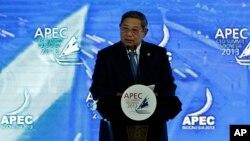 အာရွ-ပစိဖိတ္ထိပ္သီးညီလာခံမွာ အဖြင့္မိန္႔ခြန္းေျပာၾကားေနေသာ အင္ဒိုနီးရွားသမၼတ Susilo Bambang Yudhoyono (ေအာက္တိုဘာ ၆၊ ၂၀၁၃)