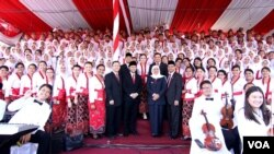 Gubernur Jawa Timur Khofifah Indar Parawansa dan Wagub Emil Dardak di tengah Paduan Suara Lintas Agama usai Upacara Hari Kebangkitan Nasional di Gedung Negara Grahadi (foto Petrus Riski-VOA)
