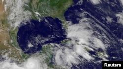 Huracán Bárbara golpea costa sur de México y deja dos muertos a su paso.