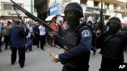 Pasukan keamanan Mesir mengamankan lokasi pemboman di Kairo (foto: dok).
