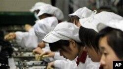 中国制造业减速。图为深圳富士康的工人正在工作