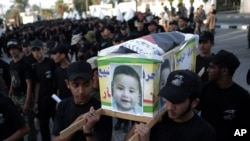 극우이스라엘주의자들의 소행으로 추정되는 방화로 숨진 팔레스타인 아기의 운구를 옮기는 팔레스타인 인들