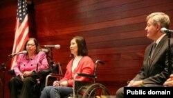 Pengacara HAM asal China, Ni Yulan (tengah), saat menerima penghargaan dari Dubes AS di China, Max Baucus (13/4).