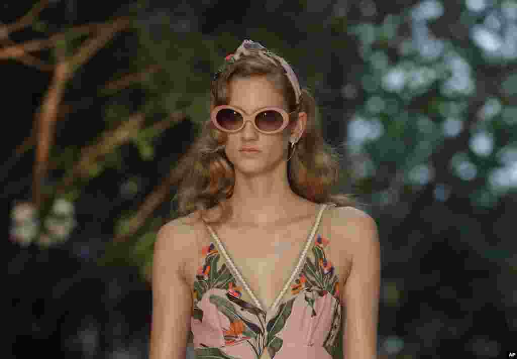 یک مدل برزیلی، لباس برند پاتبو را در هفته مد سائو پائولو به تن کرده است.
