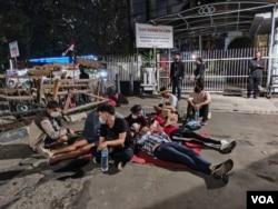 Setelah aksi mereka dihentikan oleh petugas yang berjaga, mereka memilih untuk tidur di depan gedung UNHCR. Mereka beralasan sudah tidak punya apa-apa lagi termasuk tempat tinggal sementara. (VOA/ Indra Yoga)