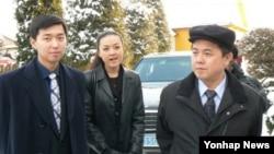 김정일 국방위원장의 이복동생인 김평일(오른쪽)의 2007년 모습.