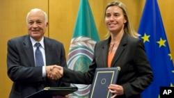 El secretario general de la Liga Árabe, Nabil Al-Araby, estrecha la mano de la Federica Mogherini, jefa de Relaciones Exteriores de la UE luego de firmar un acuerdo de cooperación.