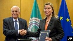 歐盟外交事務負責人莫蓋里尼(右)與拉伯國家聯盟秘書長阿拉比(左)在簽署合作協議後握手