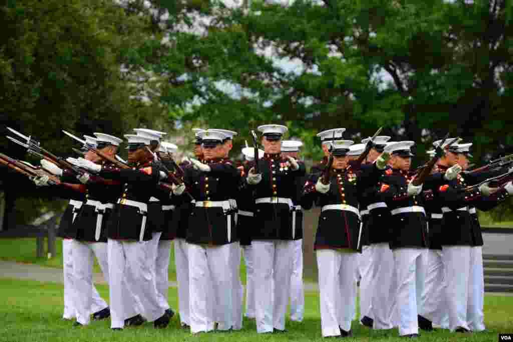 Морские пехотинцы выполняют строевые приемы и упражнения с карабином