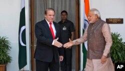 Indijski premijer, Narendra Modi (desno) sa svojim pakistanskim kolegom Navazom Šarifom pred istorijski sastanak u Nju Delhiju, 27. maj 2014.