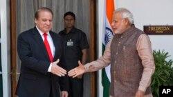 Thủ tướng Ấn Độ Narendra Modi (phải) bắt tay Thủ tướng Pakistan Nawaz Sharif trước khi bắt đầu cuộc họp tại New Delhi, Ấn Độ, 27/5/2014.