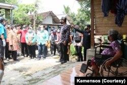 Kunjungan Mensos Tro Rismaharini ke Sumber Glagah, Kabupaten Mojokerto yang menjadi pemukiman orang dengan kusta, awal Januari 2021.(Foto: Courtesy/Kemensos)