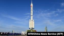 Roket Long March-2F yang membawa wahana antariksa Shenzhou-12 yang berada di Peluncuran Satelit Jiuquan, Provinsi Gansu, China, 9 Juni 2021. Roket itu akan membawa misi pertama berawak yang dijadwalkan akan diluncurkan pada 17 Juni ke stasiun antariksa y