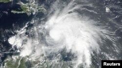 Тропічний шторм Метью на фото із космосу