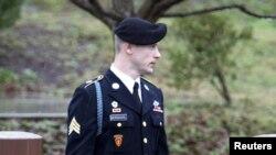 El sargento Bowe Bergdahl será degradado al grado de privado, perderá la mayoría o todos sus beneficios como veterano y deberá pagar una multa de $10.000, dictaminó un juez militar.