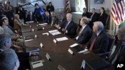 ທ່ານ Joe Biden ຮອງປະທານາທິບໍດີ ສະຫະລັດ ນໍາພາການປະຊຸມ ຄວບຄຸມອາວຸດປືນ ໃນສະຫະລັດ